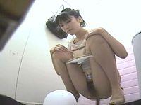 【個人撮影】和式トイレ盗撮 ストッキング美脚美女便器内からマ〇コ丸見え⑤