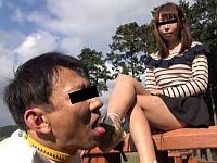 可愛いOL様が公園で汚れたサンダルとナマ足で顔を踏みにじり舐めさせる
