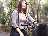 ママチャリ ~揺れる爆乳・くい込む巨尻~ 新崎雛子(35)